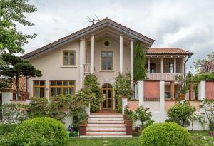 Refernz Maler Mausolf Pforzheim - Ispringen - Eine unserer Kernkompetenzen - Malerarbeiten an Aussenfassaden großzügiges Einfamilienhaus - Villa streichen1